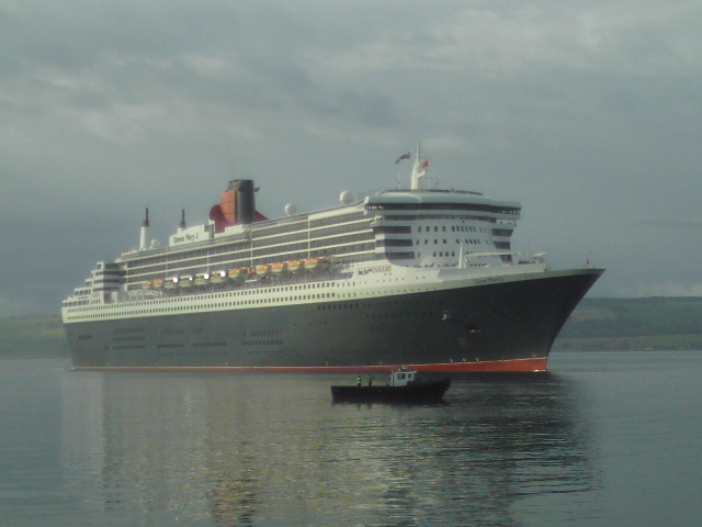Queen Mary 2 arrives in the Firth